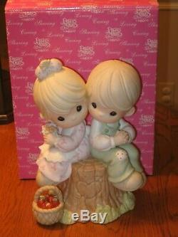 PRECIOUS MOMENTS LOVE ONE ANOTHER LARGE 9 FIGURINE # 822426 MINT with box & case